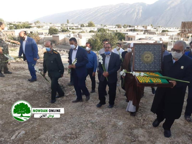 به مناسبت دهه کرامت؛ گلباران قبور شهدای شهر نودان با حضور خادمین حرم مطهر امام رضا (ع) + تصاویر