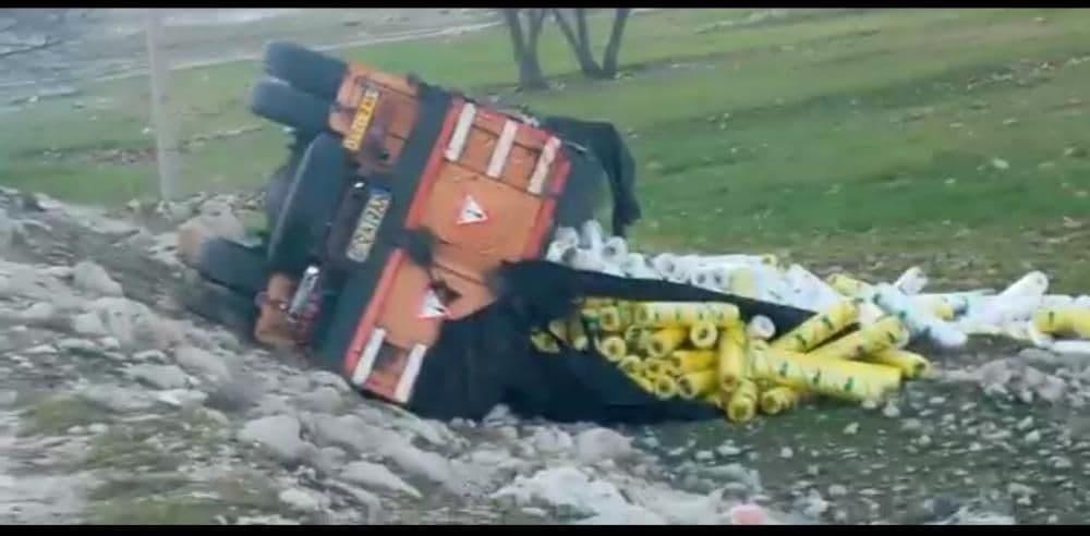واژگونی کامیون در محور ابوالحیات – دشت ارژن منجر به فوت راننده کامیون شد